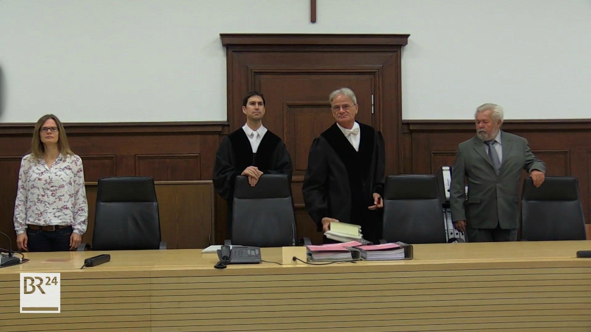 Mitglieder der McDonalds-Bande stehen vor Gerichtssaal