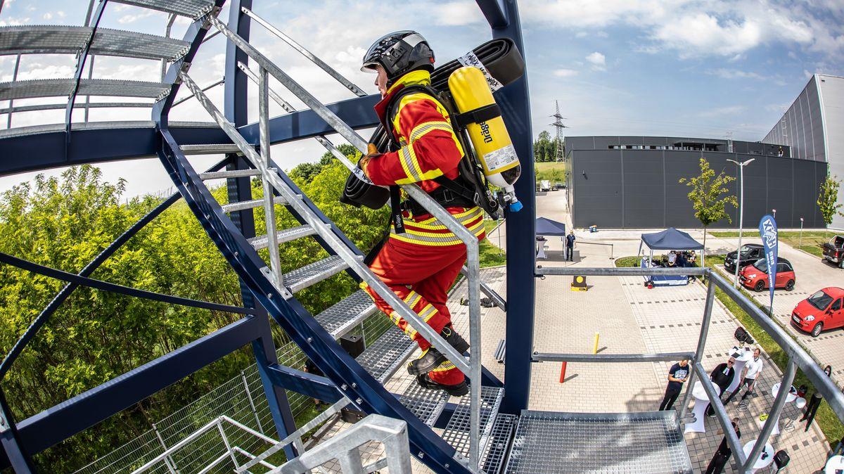 Feuerwehrmann auf Metalltreppe