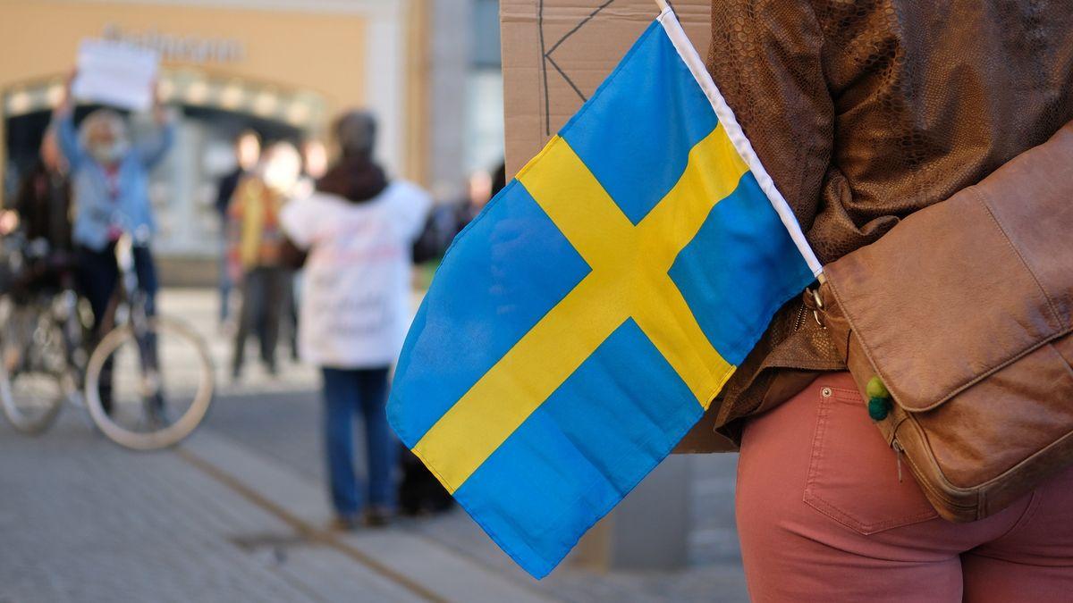 Schwedische Flagge ragt aus der Tasche einer Demonstrantin am 20.4.20. Die Demo hatte die Aufrechterhaltung des Versammlungsrechts zum Ziel.