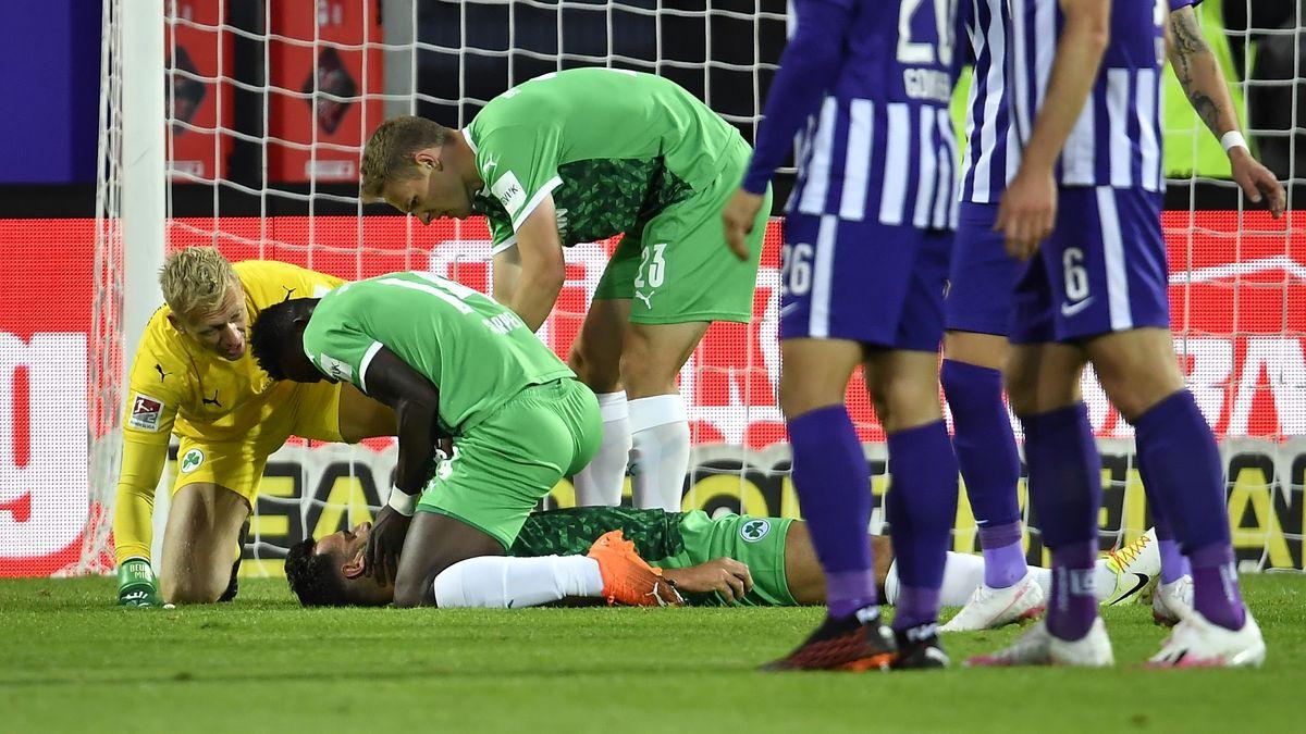 Spieler kümmern sich um den verletzten Mergim Mavraj