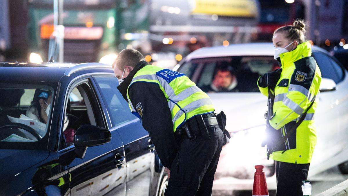 Bundespolizisten kontrollieren die Dokumente von Reisenden an der Autobahn A93 bei Kiefersfelden in Richtung Deutschland