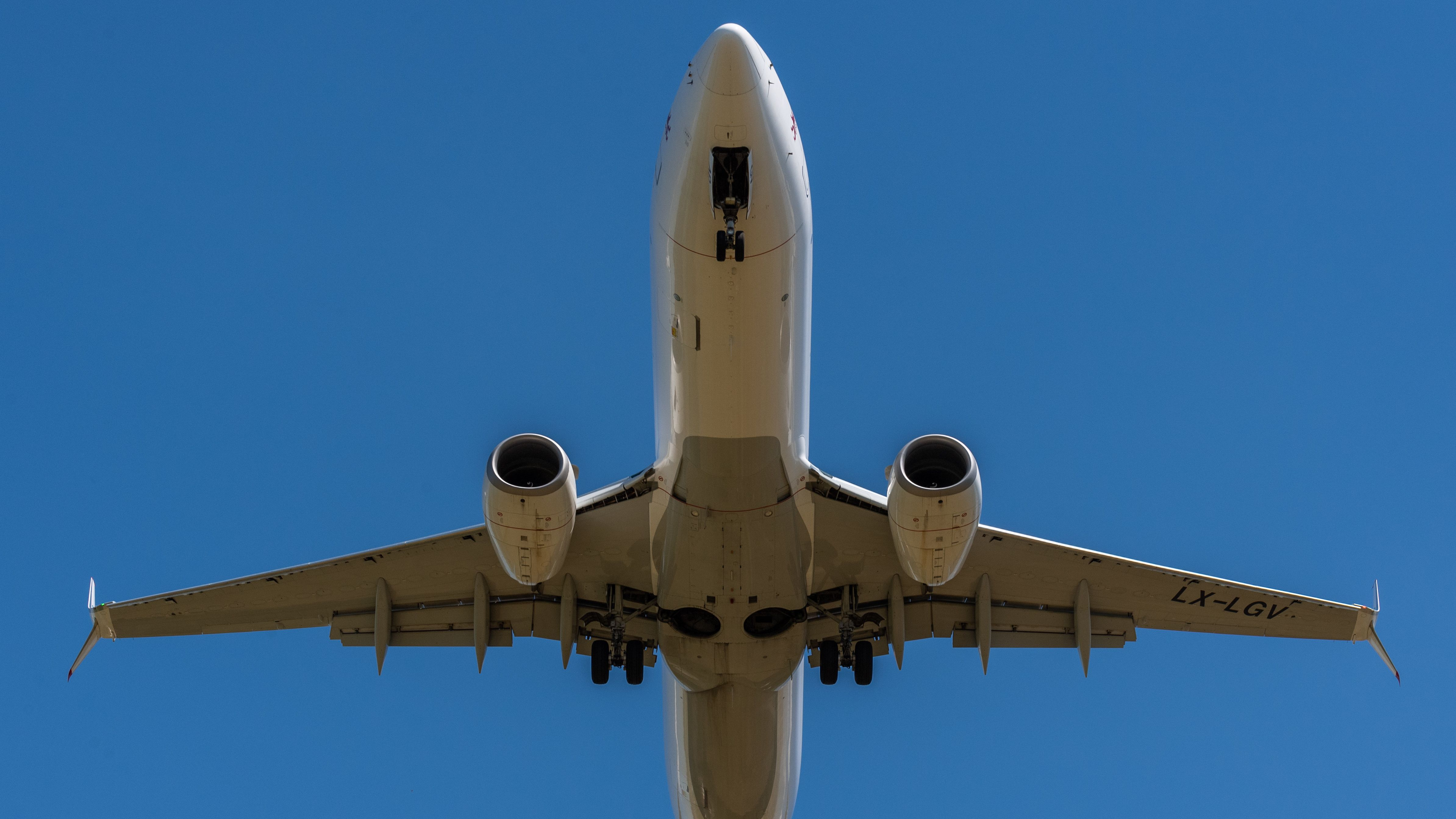 Ein Flugzeug der Fluggesellschaft Luxair vom Typ Boeing  im Landeanflug
