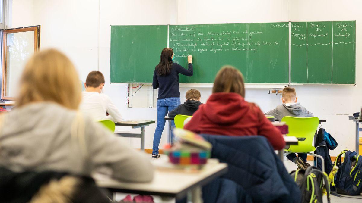 Schülerinnen und Schüler sitzen in ihrem Klassenzimmer.