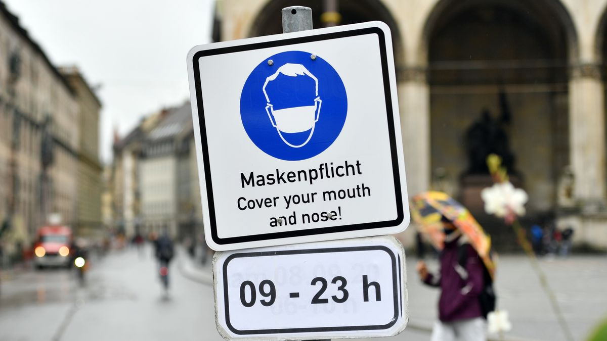 Schild zur Maskenpflicht am Odeonsplatz in München.