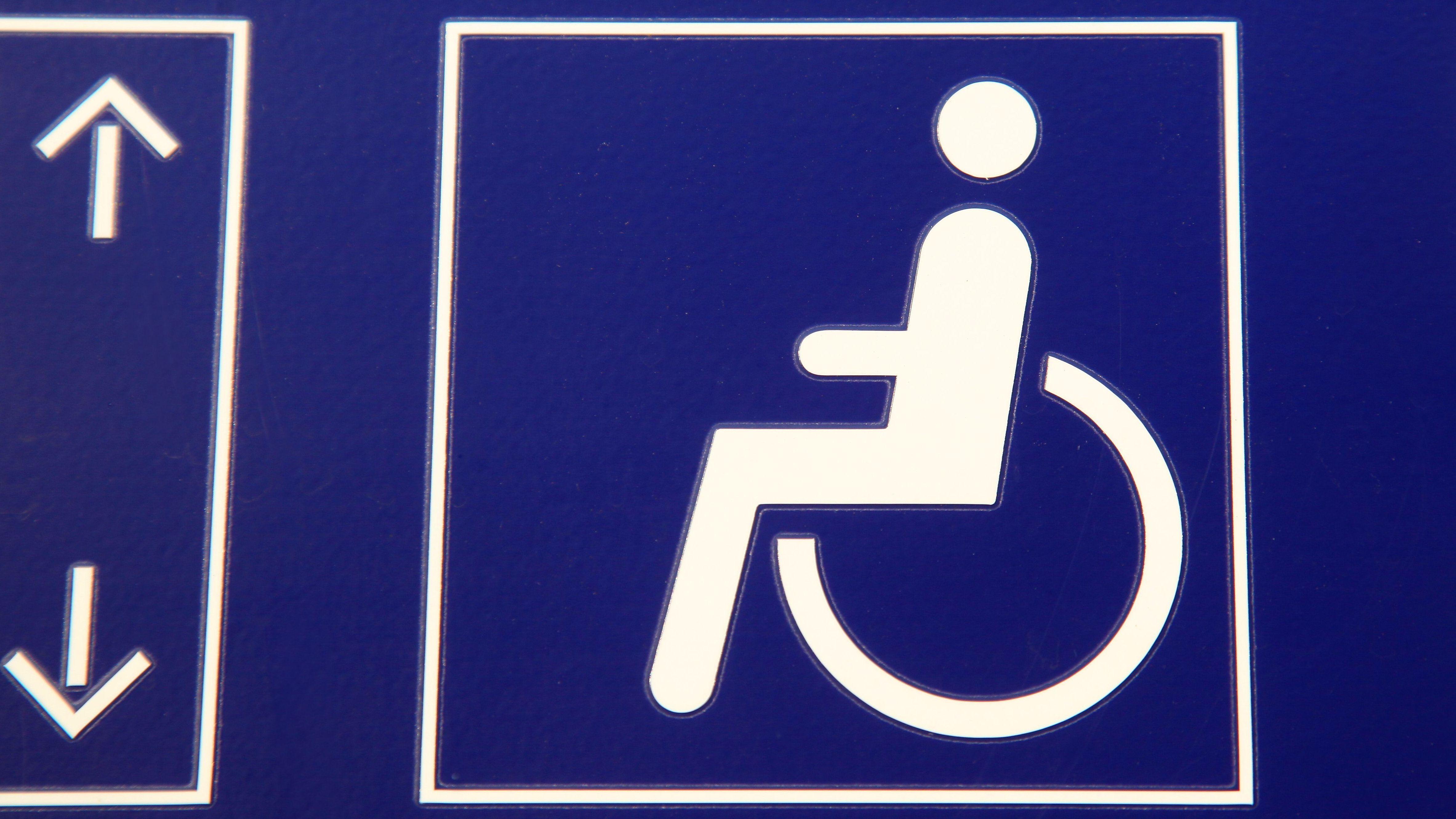 Mit Rollstuhl über Gleise: Zug stoppt gerade noch rechtzeitig