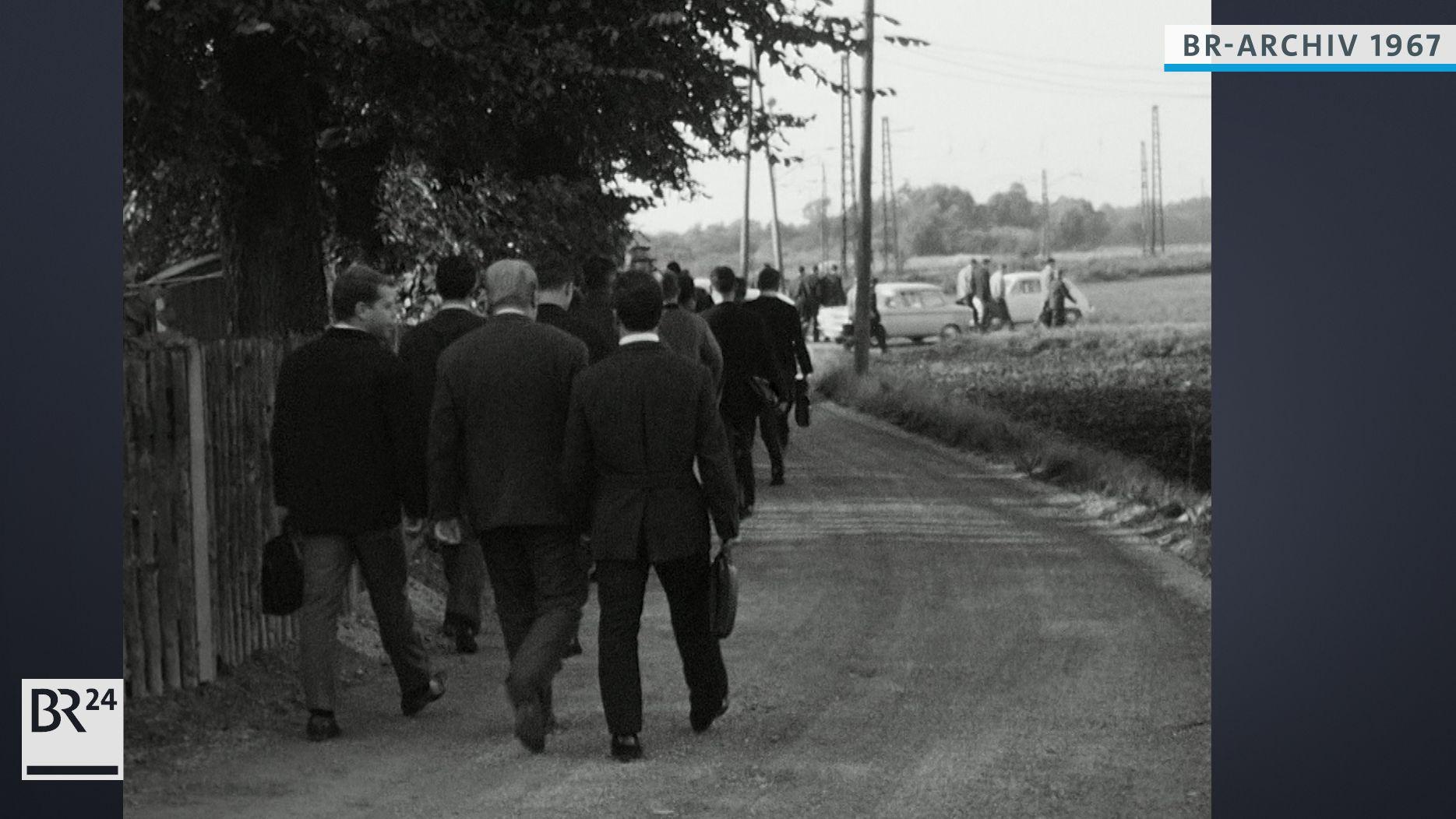 Arbeiter auf dem Weg zur Arbeit