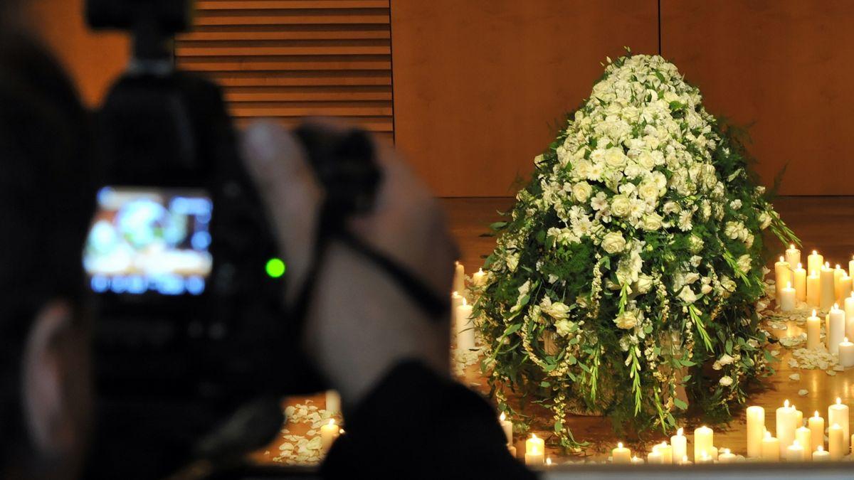 Trauerfeier wird mit der Kamera aufgezeichnet (Symbolbild)