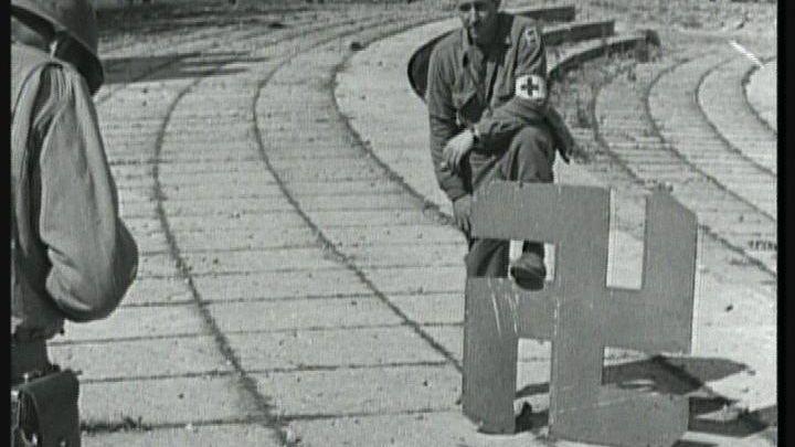 """US-Soldat posiert in Nürnberg mit einem """"entmachteten"""" Hakenkreuz"""