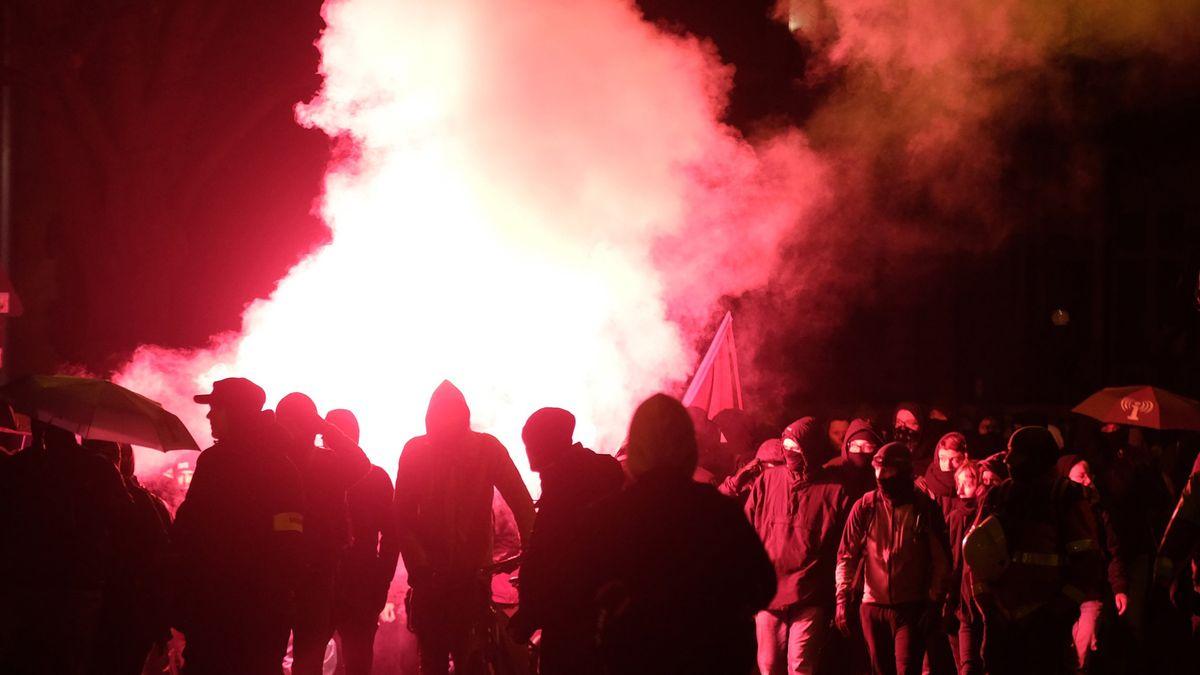 """Teilnehmer einer Demonstration zünden Pyrotechnik. Mehrere hundert Menschen protestierten in Leipzig gegen das Verbot von """"Linksunten.indymedia""""."""