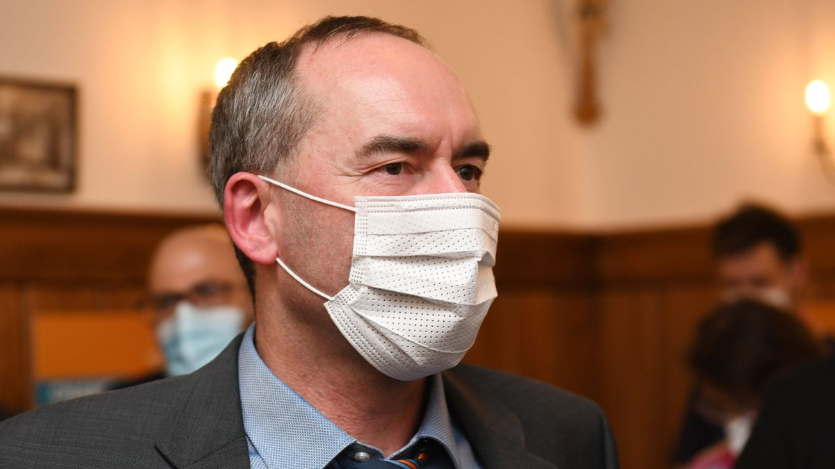 Bayerns Wirtschaftsminister Aiwanger muss zu Kabinettssitzungen in Ermangelung einer Corona-Impfung neuerdings einen negativen PCR-Test haben.