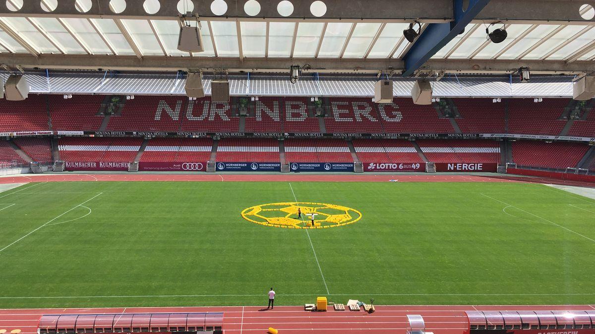350 Blumenkästen auf dem Rasen des Max-Morlock-Stadions in Nürnberg
