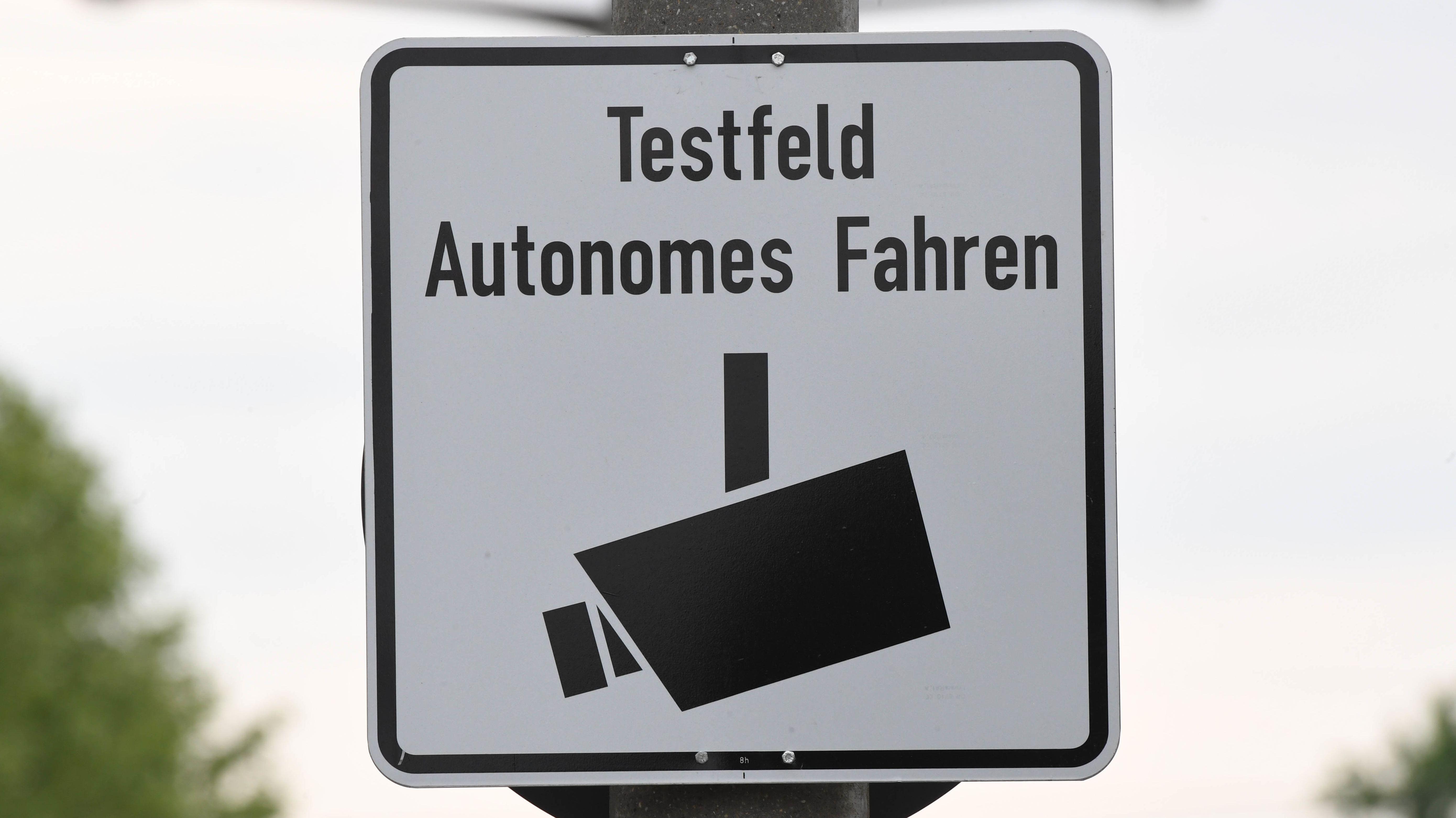 Schild: Testfeld Autonomes Fahren
