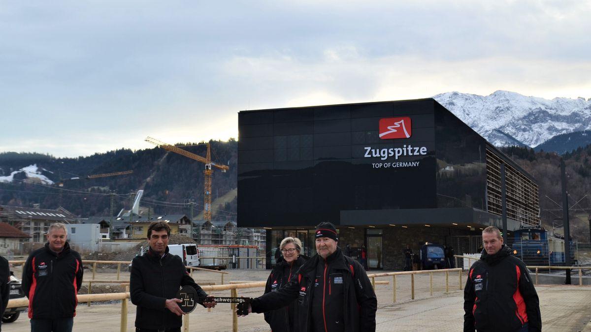 Unter strengen Corona-Auflagen ist der neue Zugspitzbahnhof in Garmisch-Partenkirchen eröffnet worden.