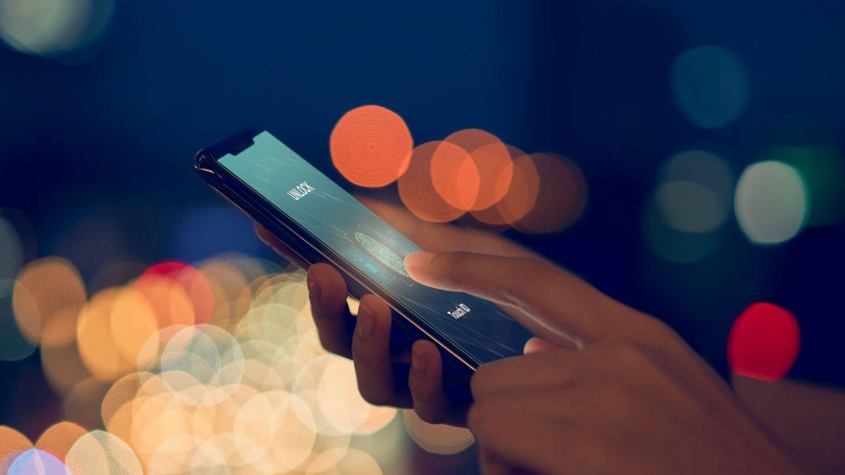 Eine Hand tippt auf einem Smartphone