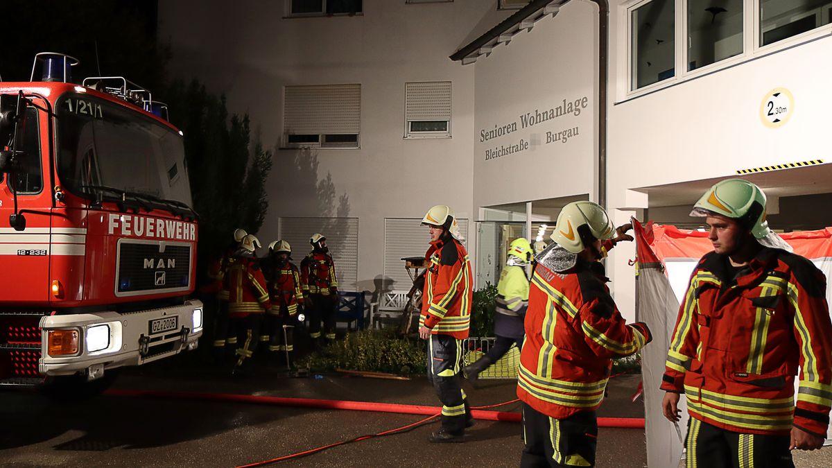 Großeinsatz in der Seniorenwohnanlage in Burgau am Montagabend: Bei einem Zimmerbrand kam eine Bewohnerin ums Leben.