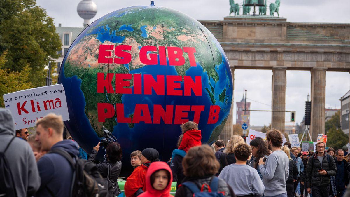 ine Erdkugel mit der Aufschrift «Es gibt keinen Planet B» steht vor dem Brandenburger Tor. fr
