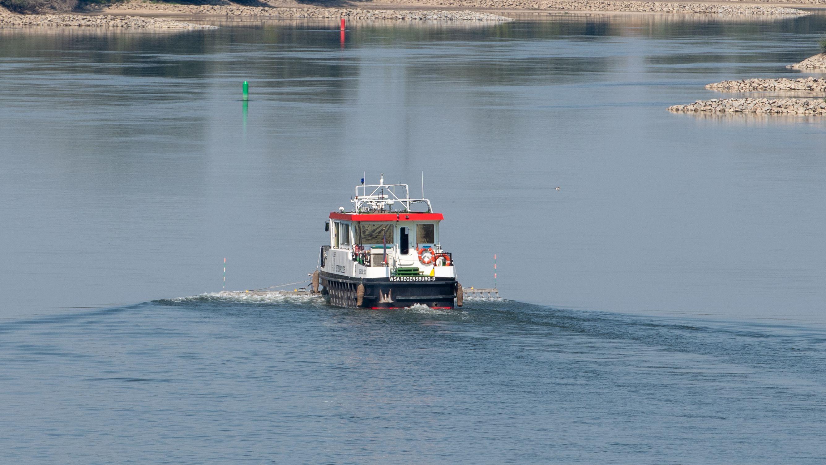 Symbolbild: Ein Polizeiboot fährt auf der Donau.