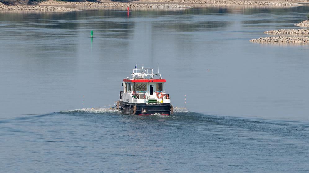Symbolbild: Ein Polizeiboot fährt auf der Donau. | Bild:picture alliance/Armin Weigel/dpa