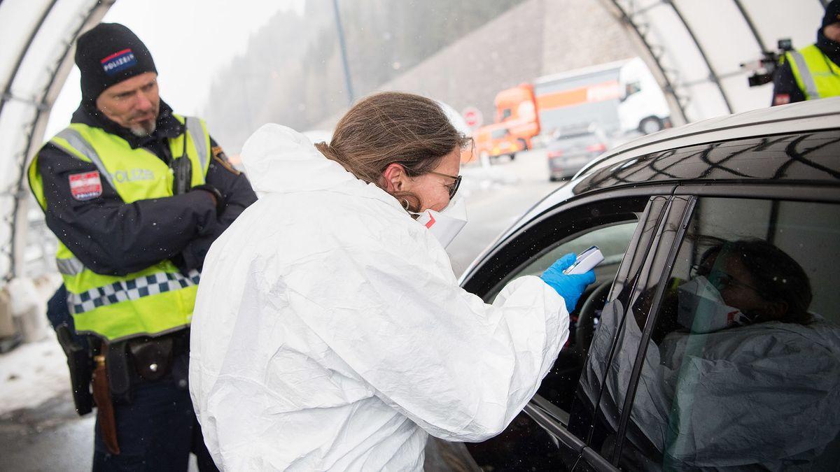 Eine Frau testet eine Person in einem Auto auf das Coronavirus