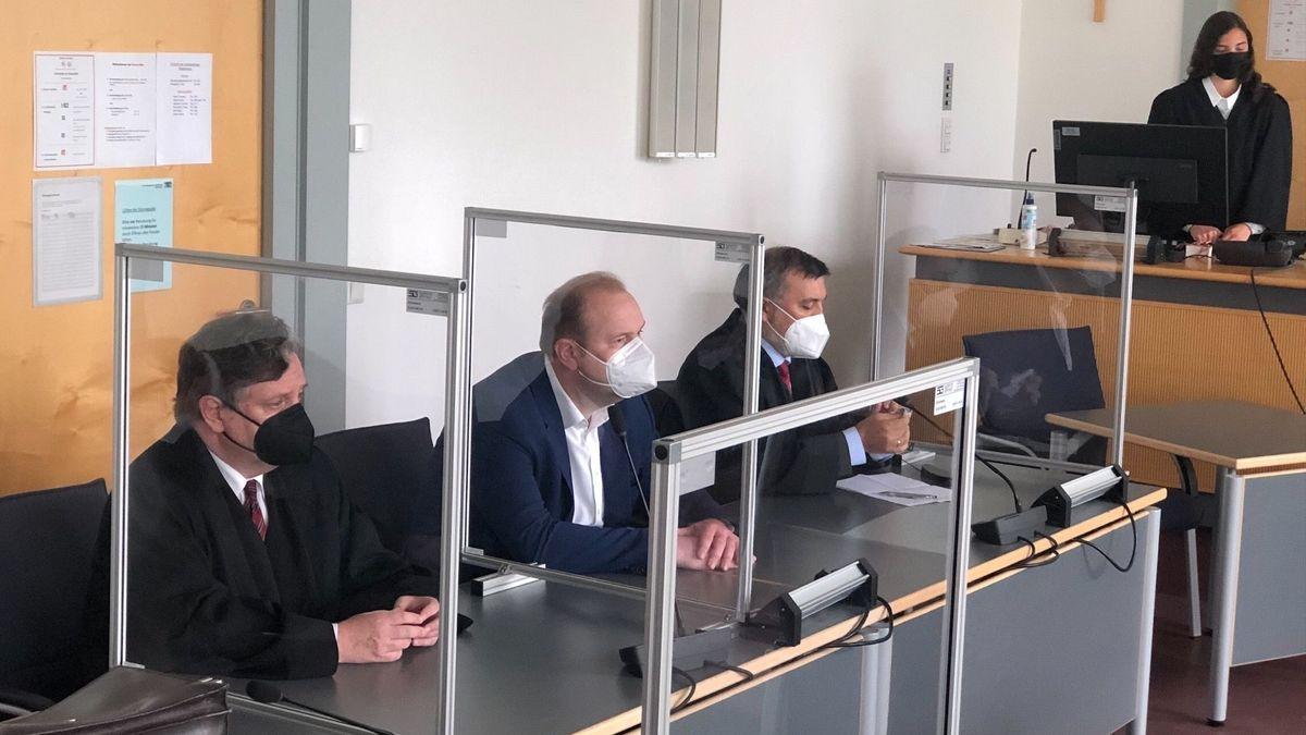 Wegen der Vorwürfe um Parteispenden und verdeckte Wahlkampfhilfe stand der ehemalige OB-Kandidat der CSU, Christian Schlegl vor dem Landgericht Regensburg. Heute fiel das Urteil: Schlegl muss wegen Beihilfe zur Steuerhinterziehung 20.000 Euro Strafe zahlen.