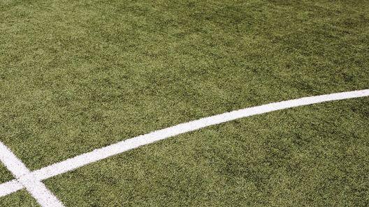 Schnittpunkt von Mittellinie und Mittelkreis auf einem Fußballfeld,