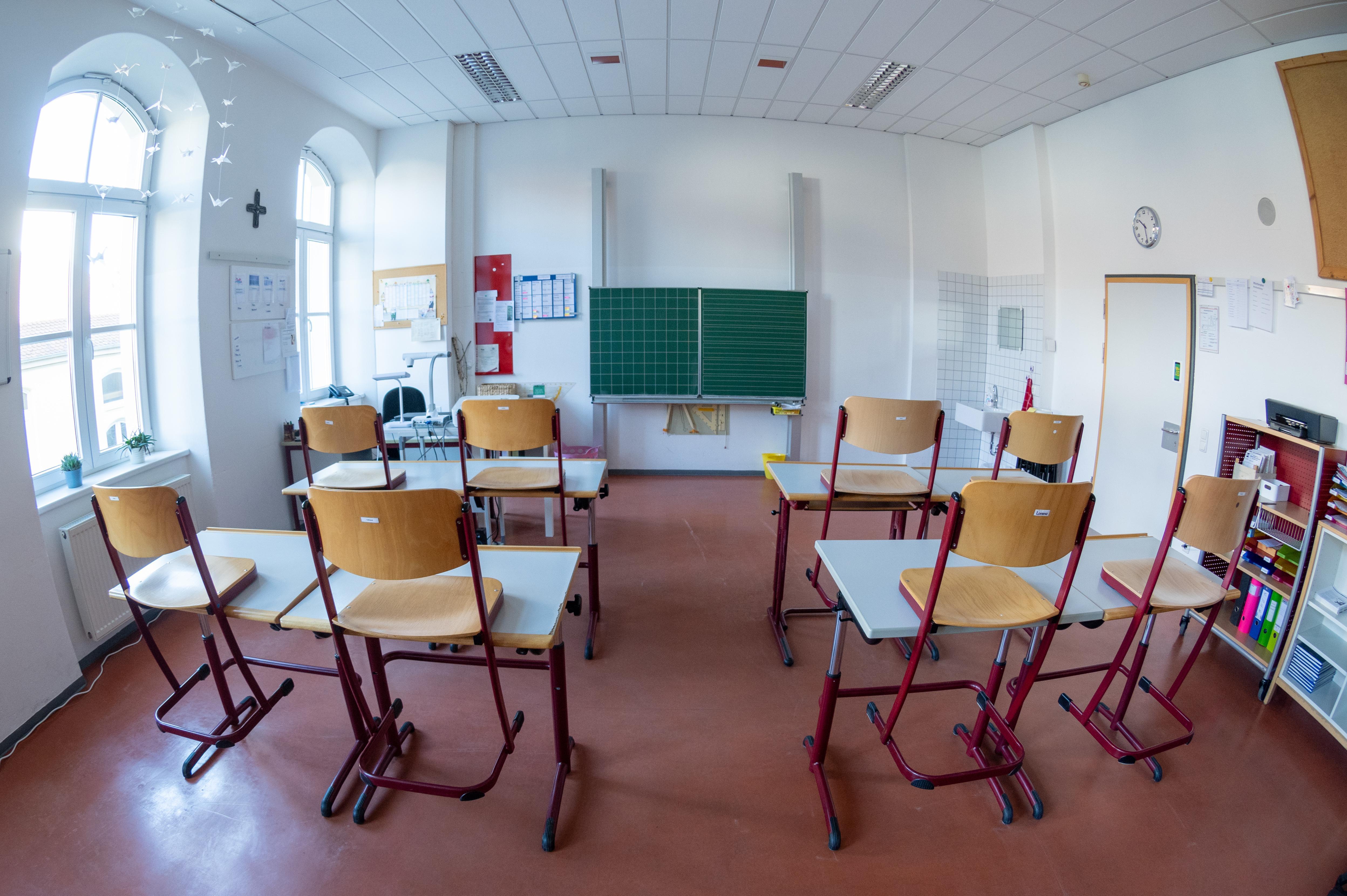 Ein leeres Klassenzimmer in der Papst Benedikt Schule in Straubing.