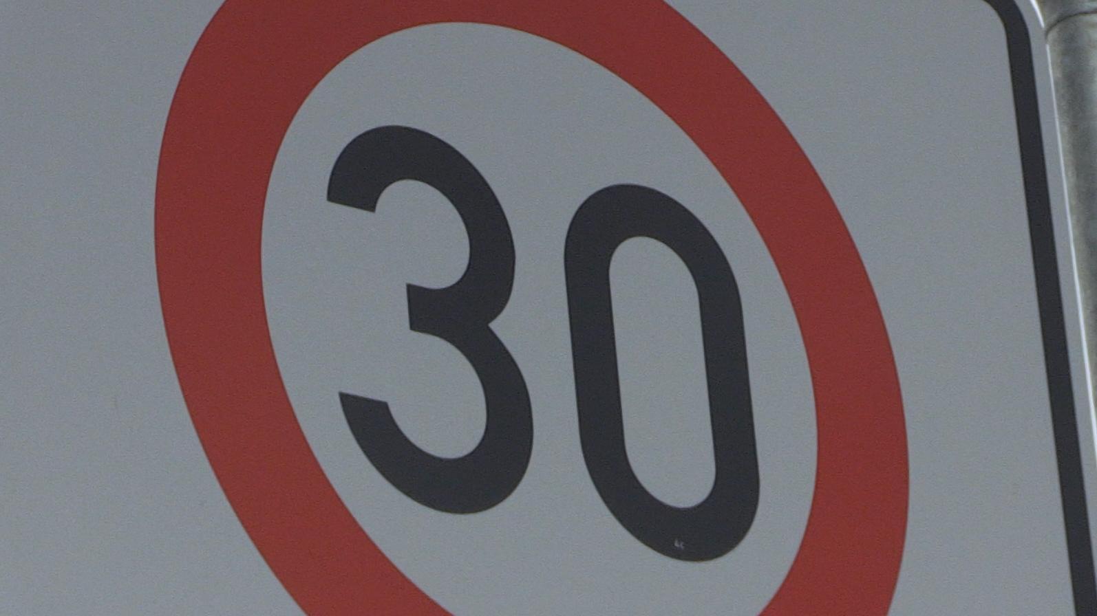 Der Entschleunigung hat man sich von offizieller Seite für Zwiesel verschrieben: Im gesamten Stadtgebiet soll Tempo 30 gelten - mit wenigen Ausnahmen. So ganz begeistert scheinen die Zwiesler aber nicht von dieser Idee ...