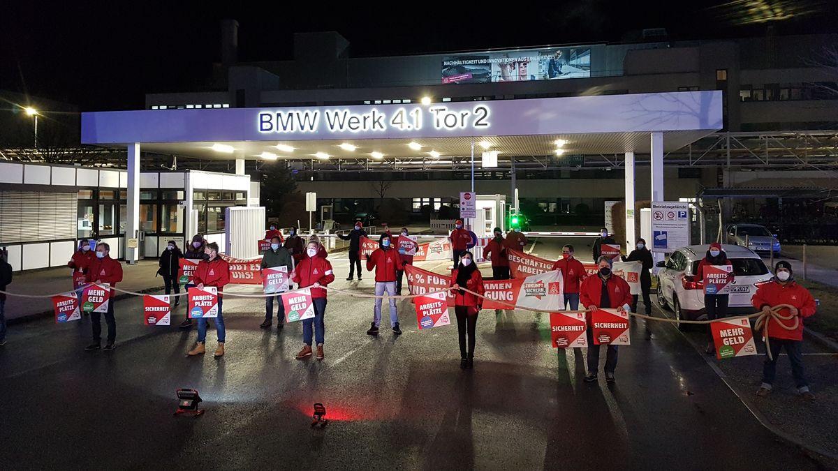 Während der Aktion versperrten die Gewerkschafter symbolisch mit einem Tau die Werkszufahrt am Tor 2 von BMW in Landshut