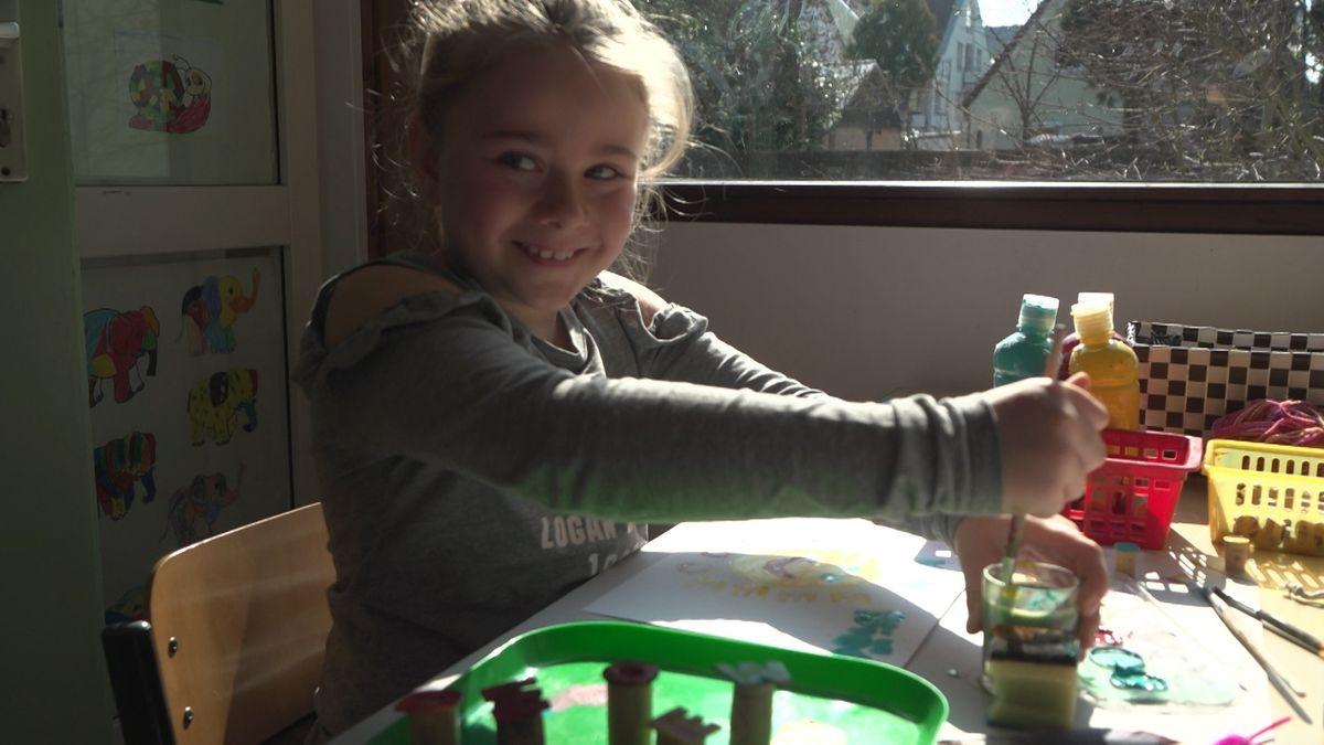 Mädchen malt eine Bild