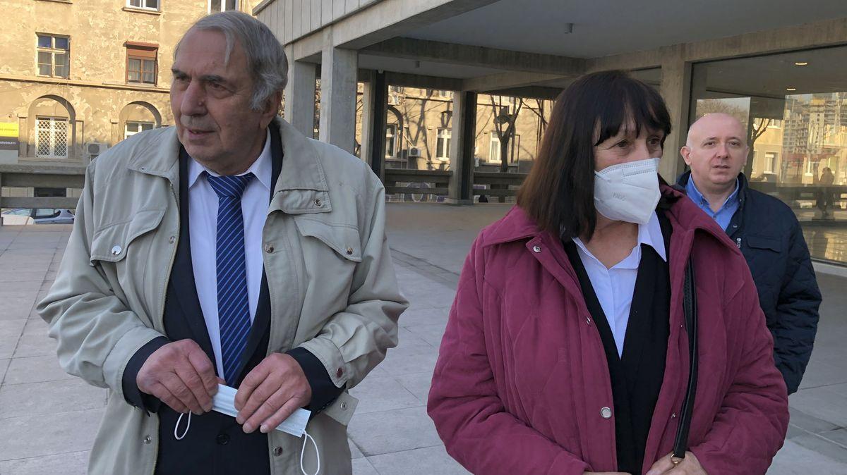 Milan Jovanović und seine Frau Jela nach dem Urteil, vor dem Gerichtsgebäude.
