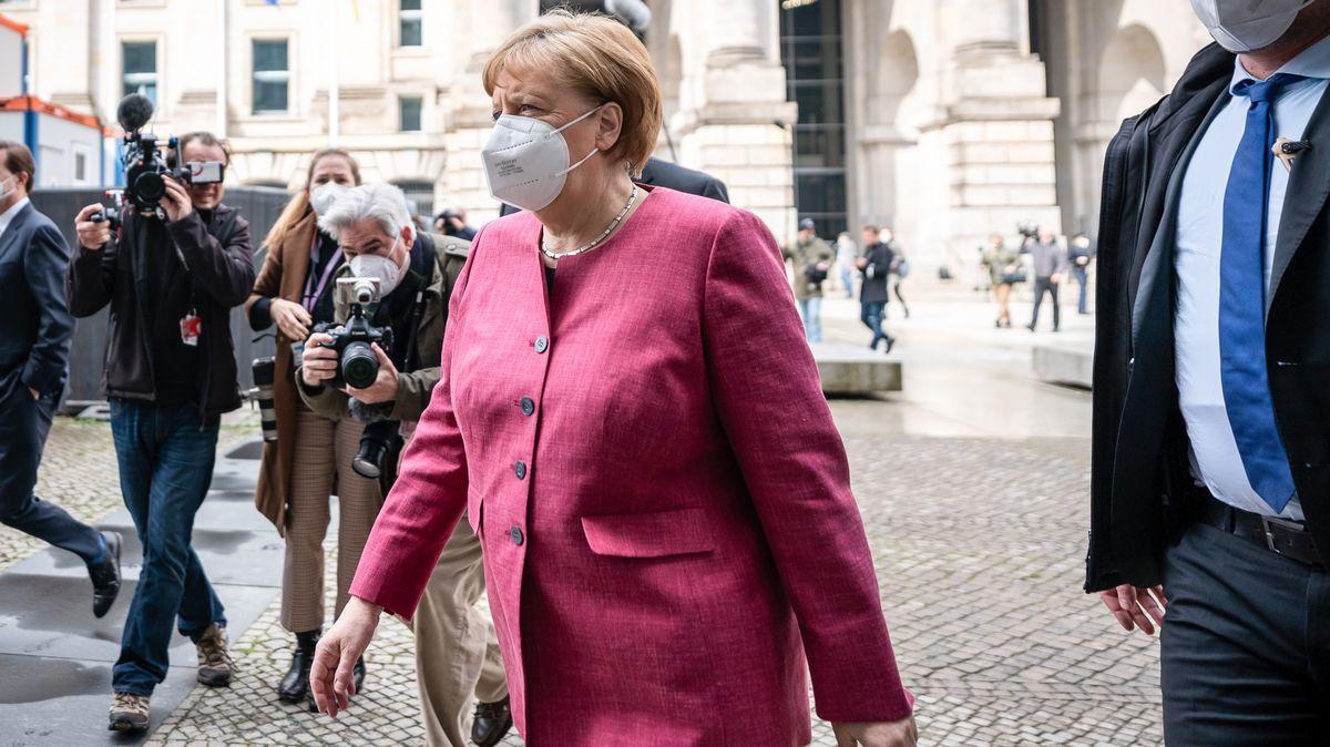 Angela Merkel am 11.04.2021 auf dem Weg in die Unionsklausur.