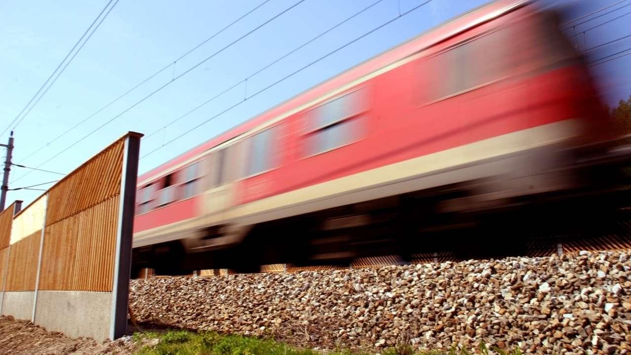 Bahn mit Schallschutzwand (Symbolfoto)