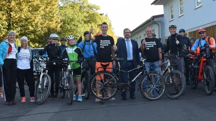 Teilnehmer der Benefiz-Mountainbike-Tour zum 50-jährigen Bestehen des Friedrich-List-Gymnasium in Gemünden im Landkreis Main-Spessart.