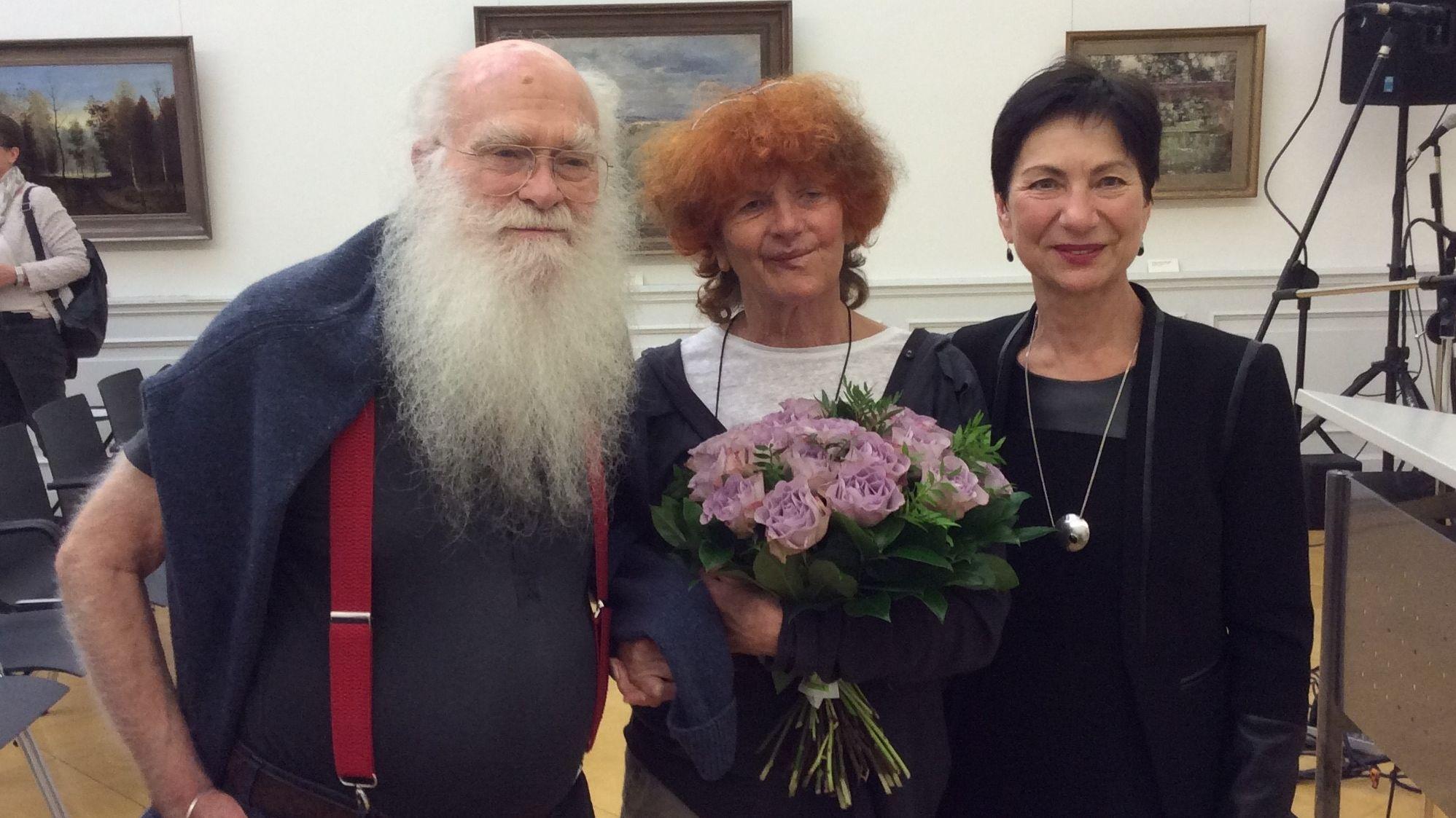 Der Künstler Herman de Vries, Ehefrau Susanne de Vries und Renate Ortloff, Kulturbeauftragte des Landkreises Haßberge, freuen sich über die Verleihung des Gerhard-Altenbourg-Preises.