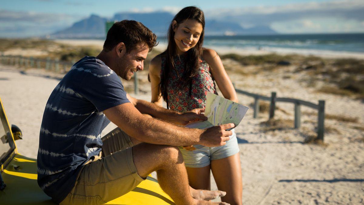 Junges Paar auf einem Roadtrip am Strand