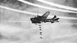 Symbolbild: Ein B-17-Flugzeug verübt einen Bombenangriff. | Bild:picture alliance/dpa