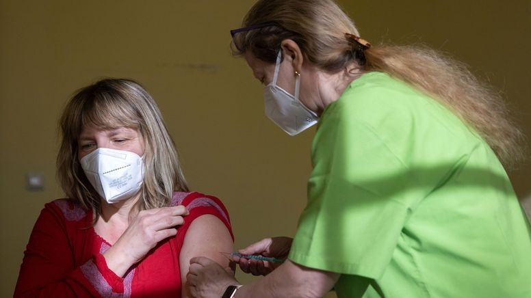Kindergärtnerin wird gegen Corona geimpft | Bild:dpa-Bildfunk/Michael Reichel