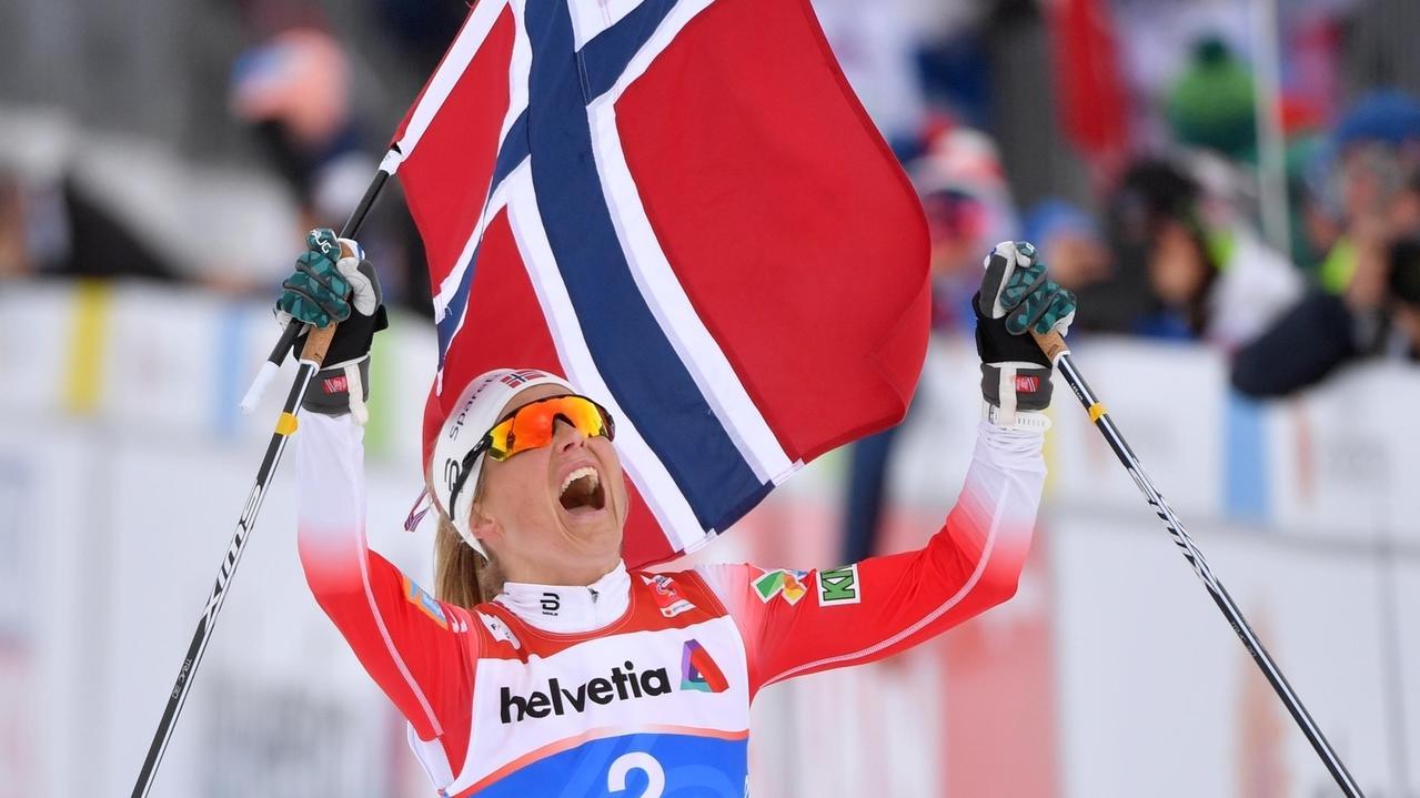 Therese Johaug aus Norwegen jubelt über den Sieg im Ziel.