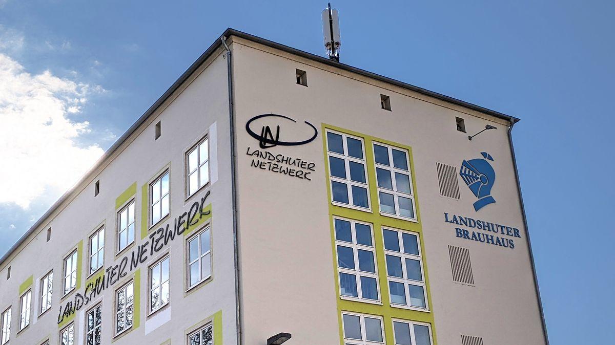 """Ist jetzt nicht mehr zu sehen: Das Logo des """"Landshuter Brauhauses"""" an der Fassade des """"Landshuter Netzwerks""""."""