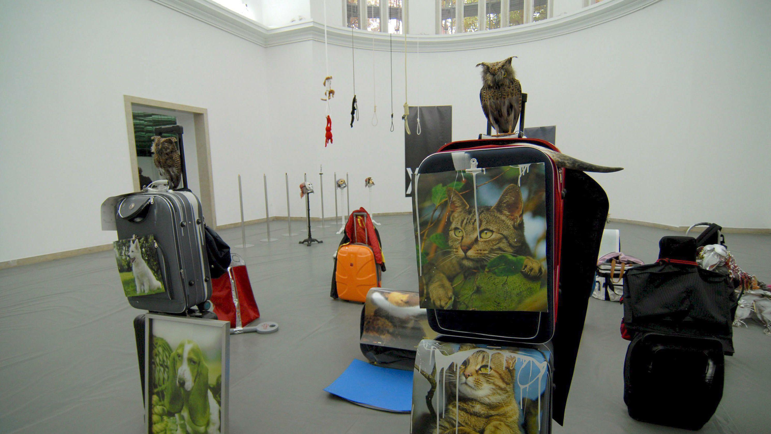 Der deutsche Pavillon 2007: Isa Genzken trotzt der Nazi-Architektur mit Tieren und Trollies.
