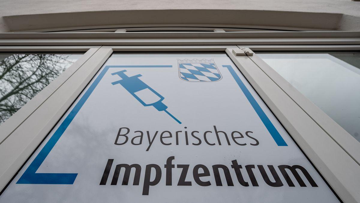 """""""Bayerisches Impfzentrum"""" steht am Eingang des Impfzentrums im  Landkreis Freyung-Grafenau"""
