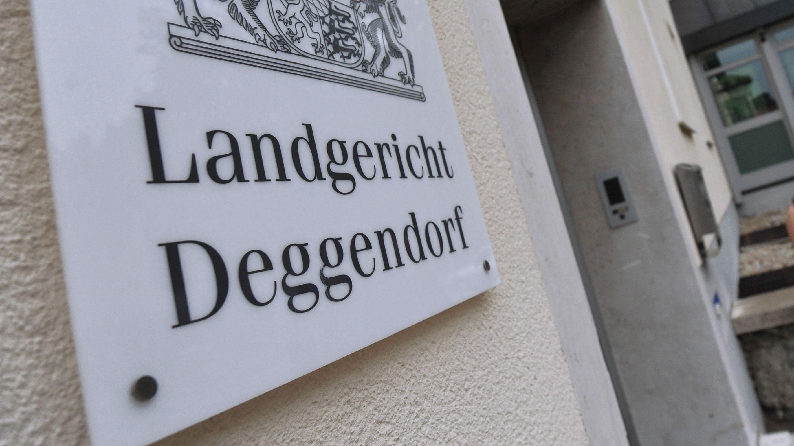 Der Eingang zum Landgericht Deggendorf