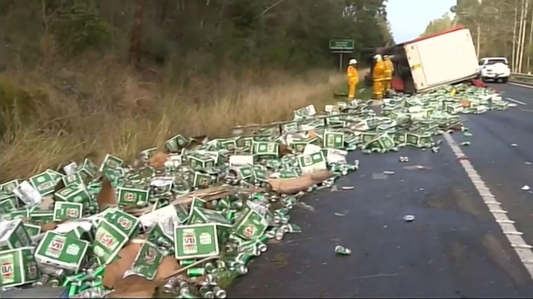 Unfall in Australien: Das Bier liegt auf der Straße
