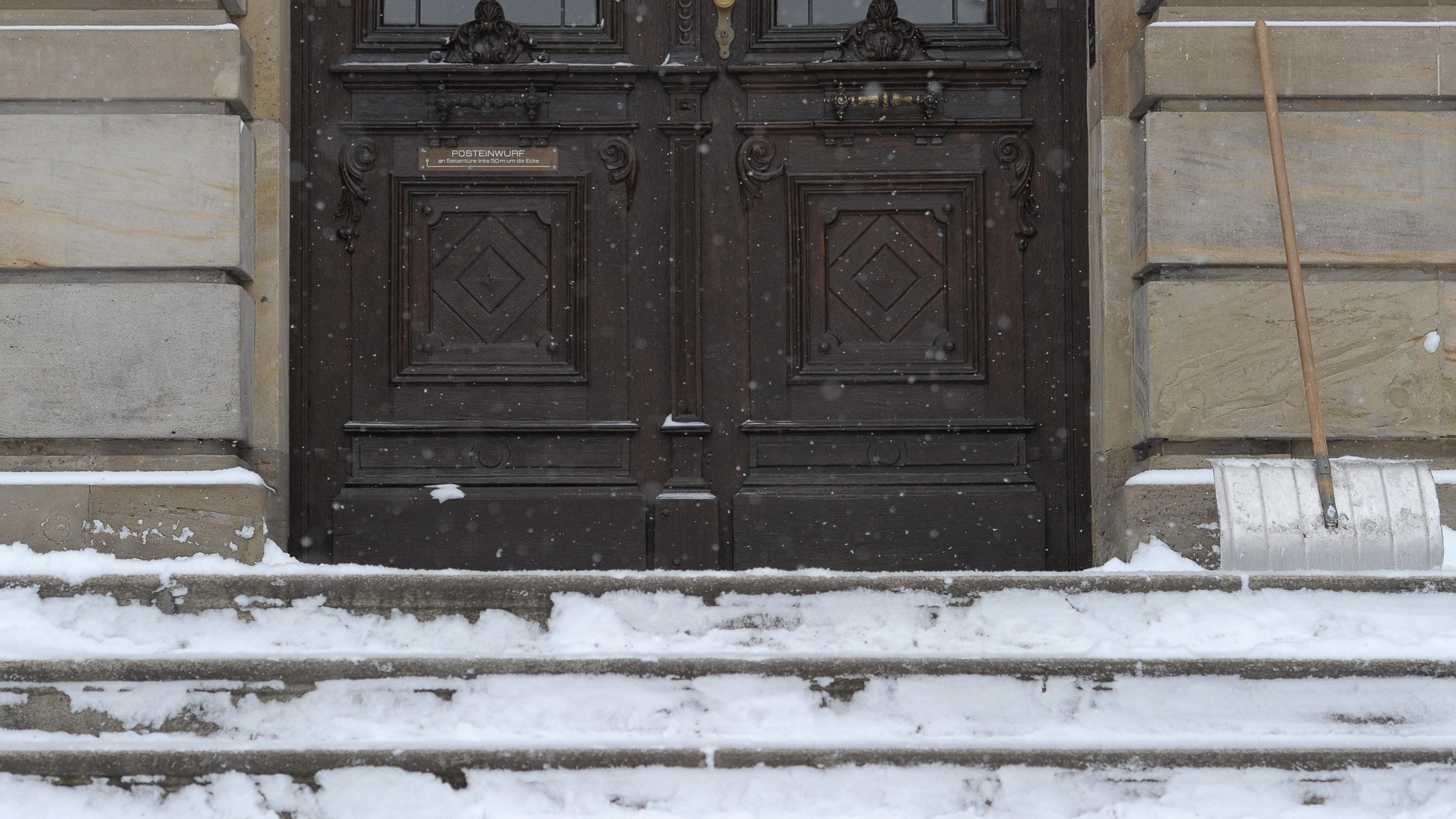 Eingangstür einer wegen starkem Schneefall geschlossenen Schule.