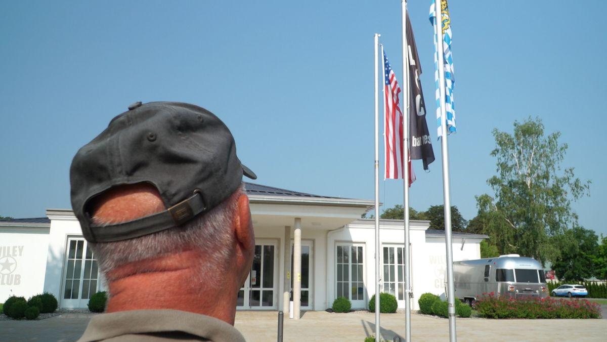 Hans-Joachim Amann blickt auf den für US-Soldaten eingerichteten Wiley-Club in Neu-Ulm in dem heute ein Restaurant untergebracht ist