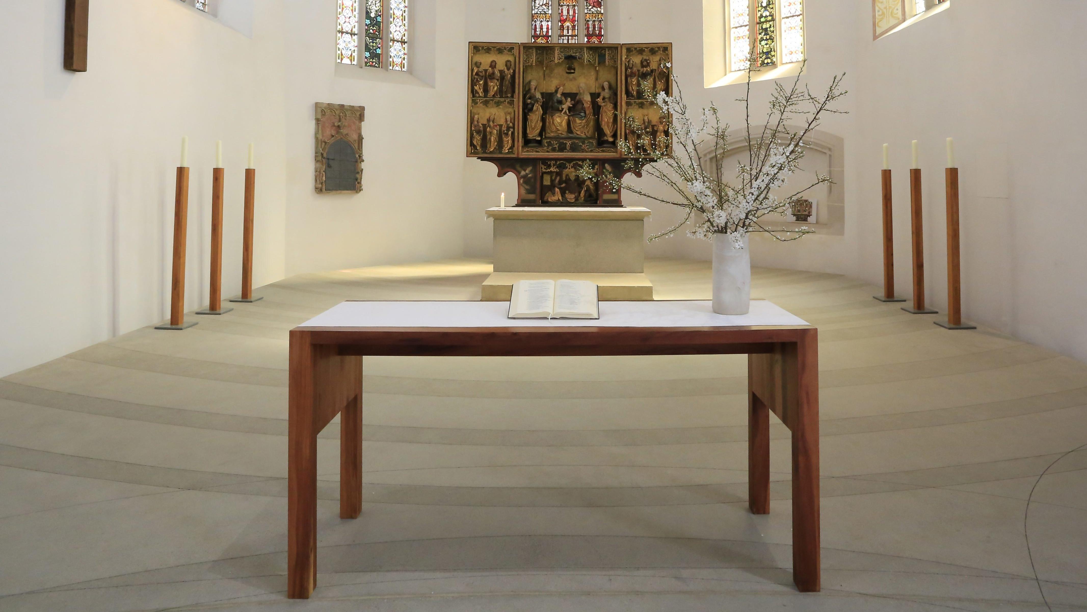 Leerer Altarraum: Der Altar in Martin Luthers Taufkirche in Eisleben