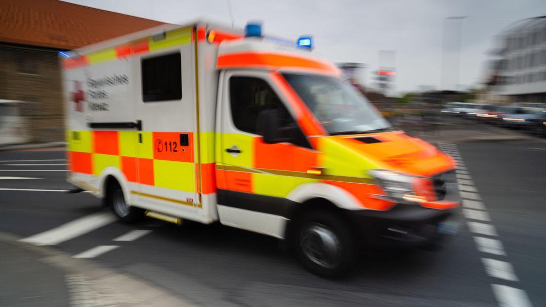 Ein Rettungswagen fährt mit Blaulicht durch die Stadt (Symbolbild).