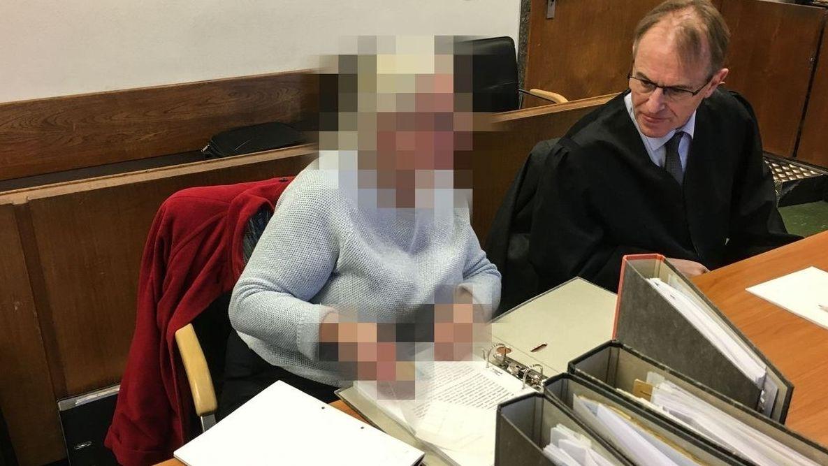 Die Angeklagte bei einem früheren Prozess mit ihrem Verteidiger.