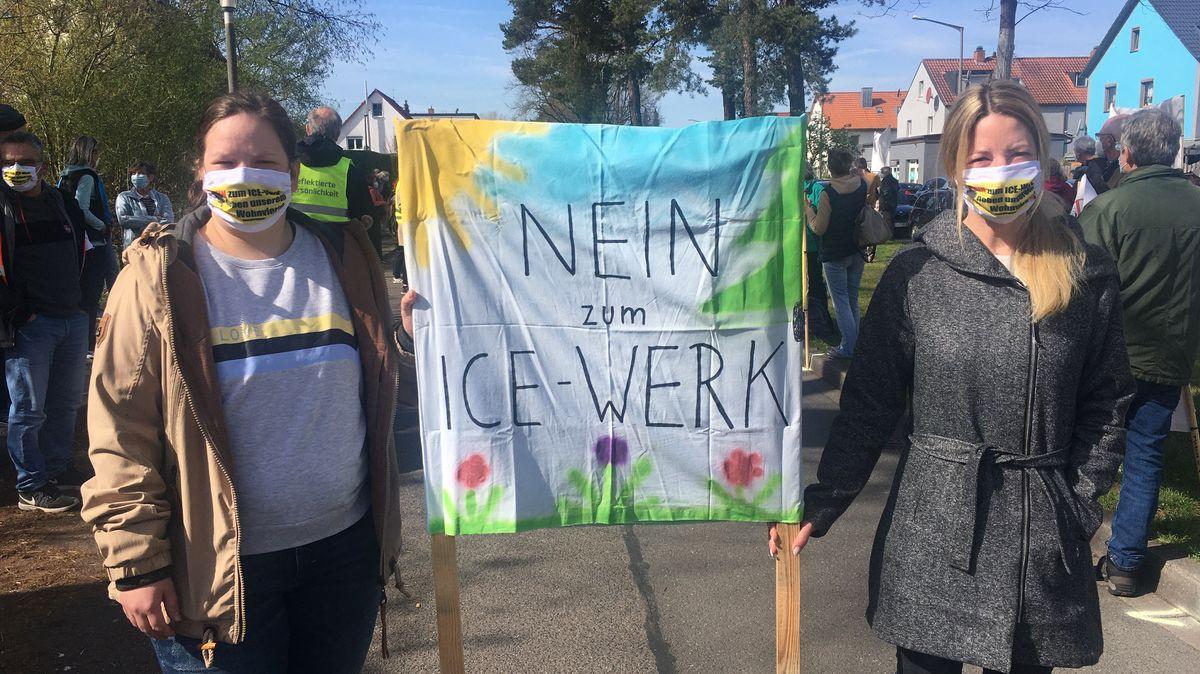 Zwei Frauen protestieren mit einem Plakat gegen das geplante ICE-Werk in Nürnberg-Altenfurt.