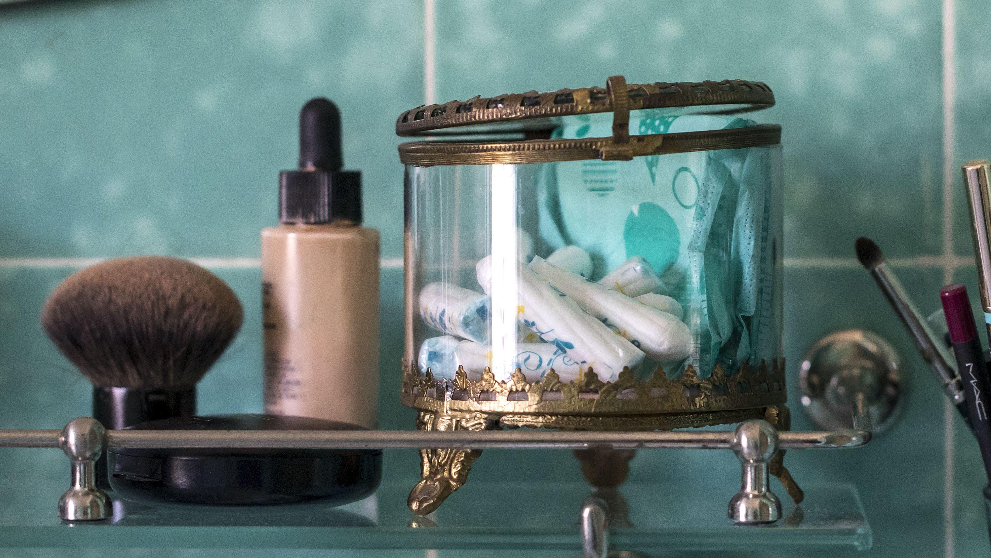 Tampons und Binden in einem Badezimmer